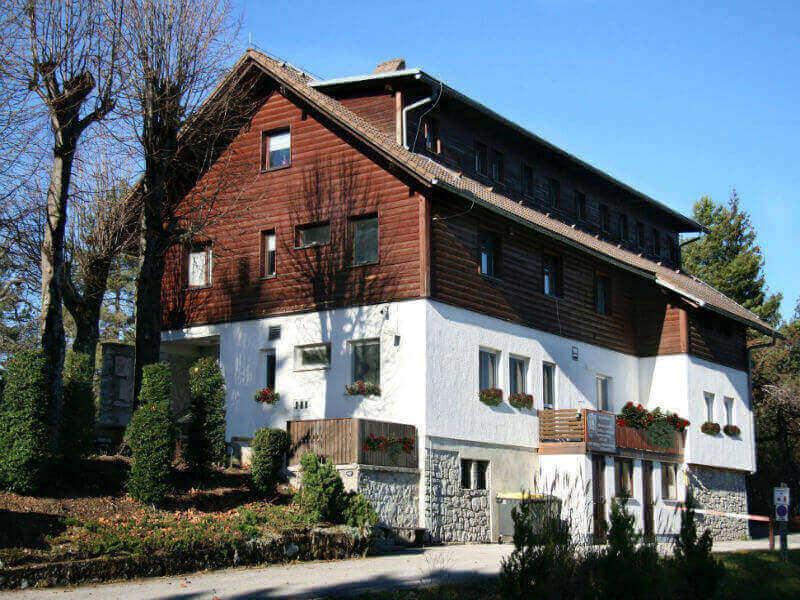 Prijazen planinski dom na južni strani Ljubljanskega barja 2