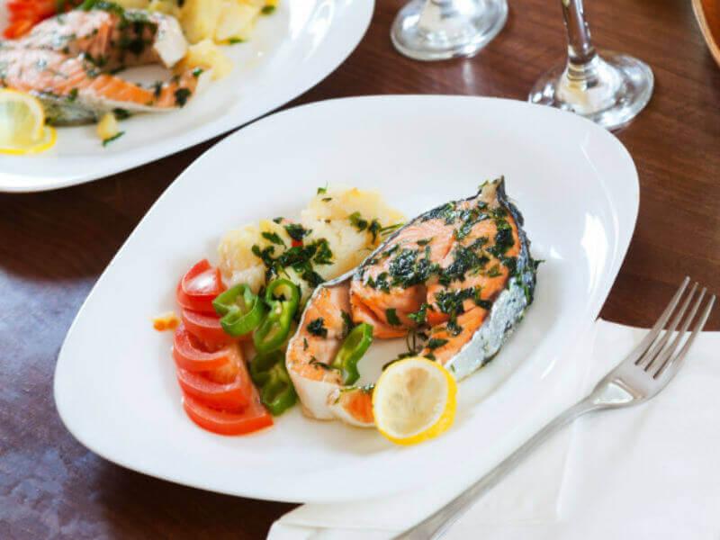 Ribja restavracija s pogledom na izolsko marino