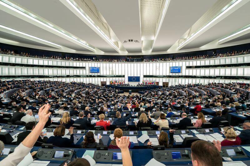 Poslanci EU vsega ne bodo zmogli sami zato potrebujejo pripravnike
