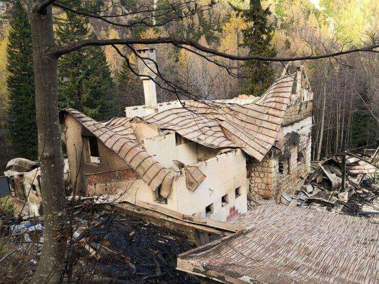 Skrivnosten požar koče na Okrešlju povzročil za pol milijona evrov škode