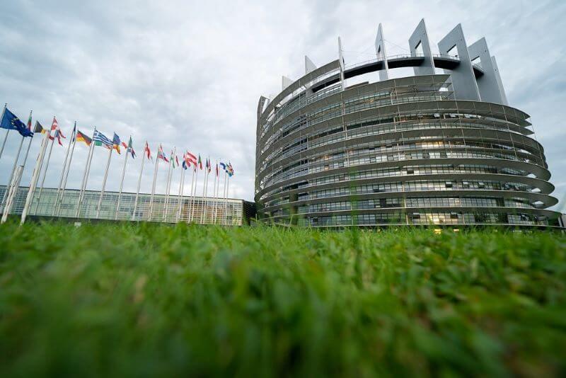 Covid 19 bo zaustavil nepotrebno in smešno selitev parlamenta EU