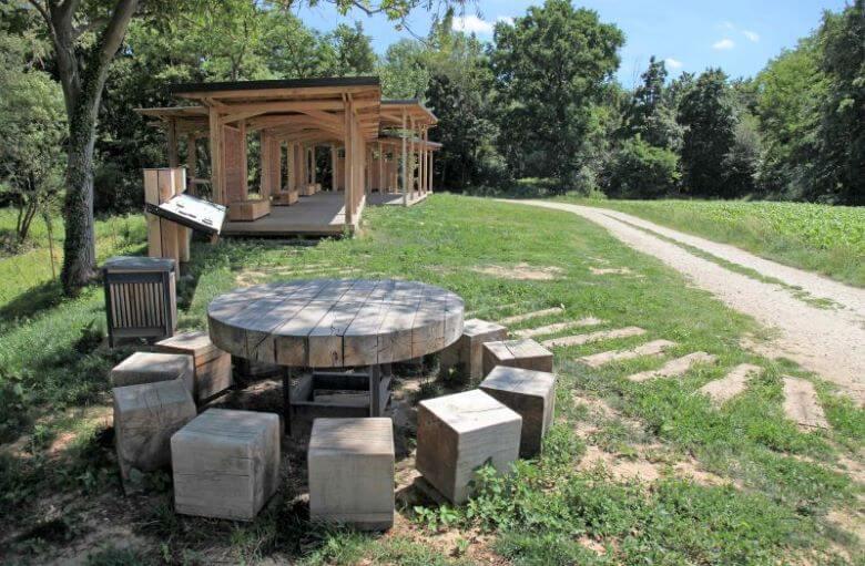 Letos predvsem o leseni gradnji in o zapuščini zanamcem