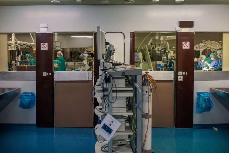 Stanje v slovenskih bolnišnicah bo ostalo kritično vsaj do konca novembra