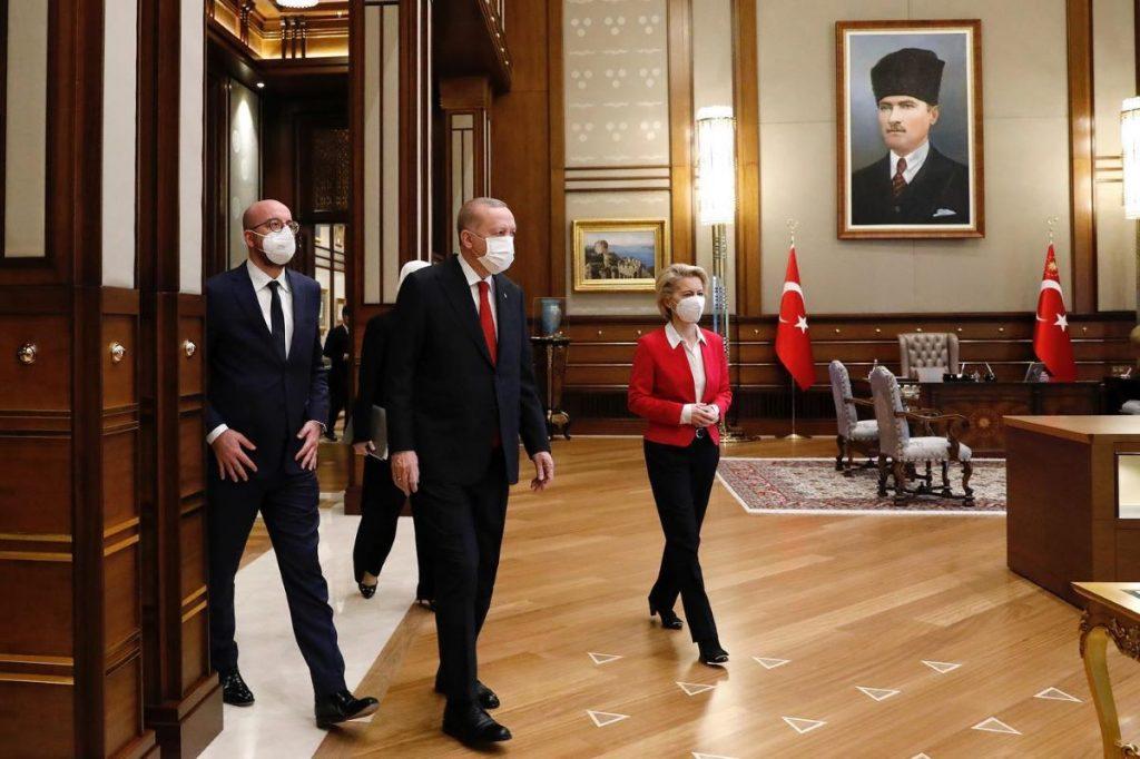 Turška barka pluje v nasprotno smer od evropske